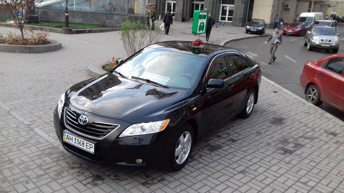 Автомобиль Тойота, улица, черный цвет