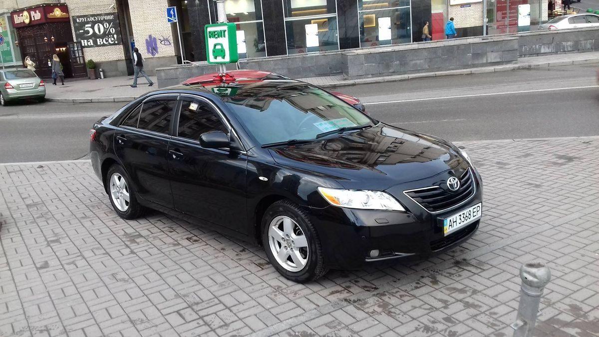 Авто Тойота, вид спереди, черный цвет