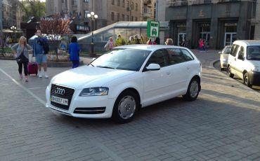 Автомобиль Ауди, белый цвет