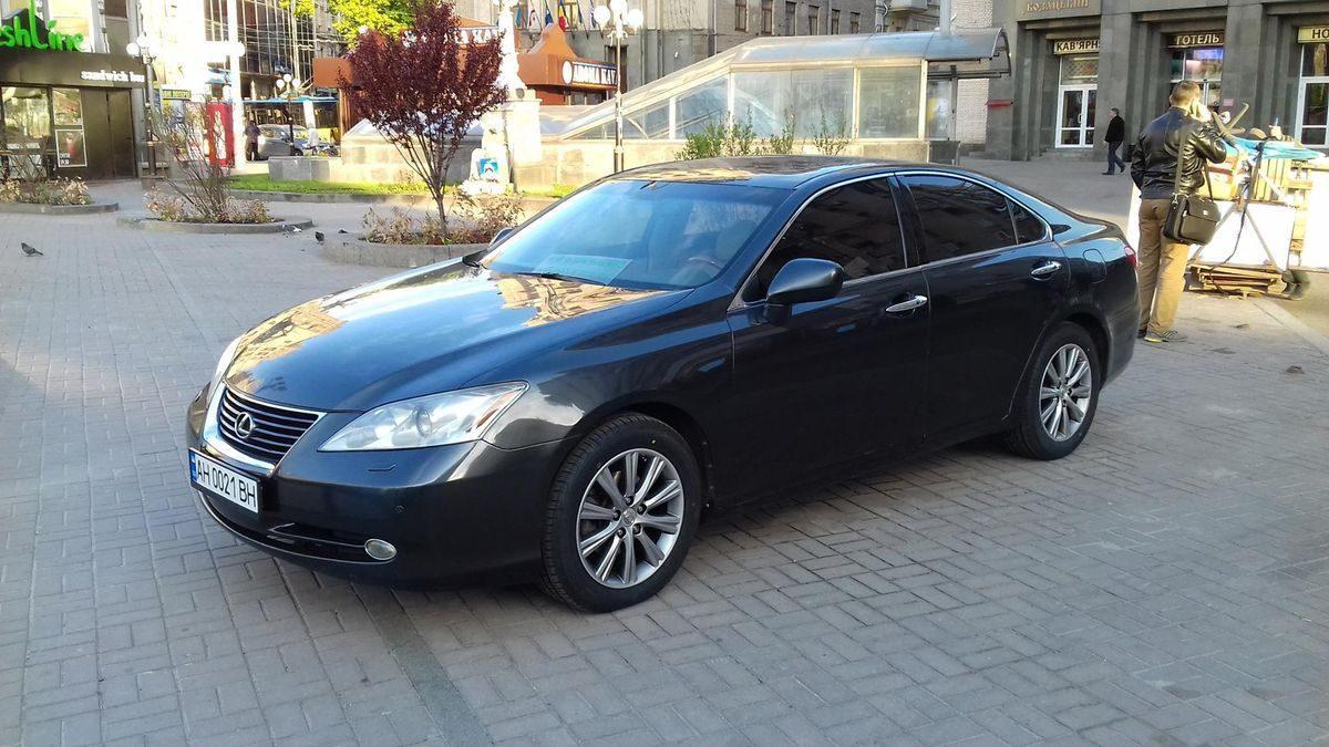 Автомобиль Лексус, черного цвета