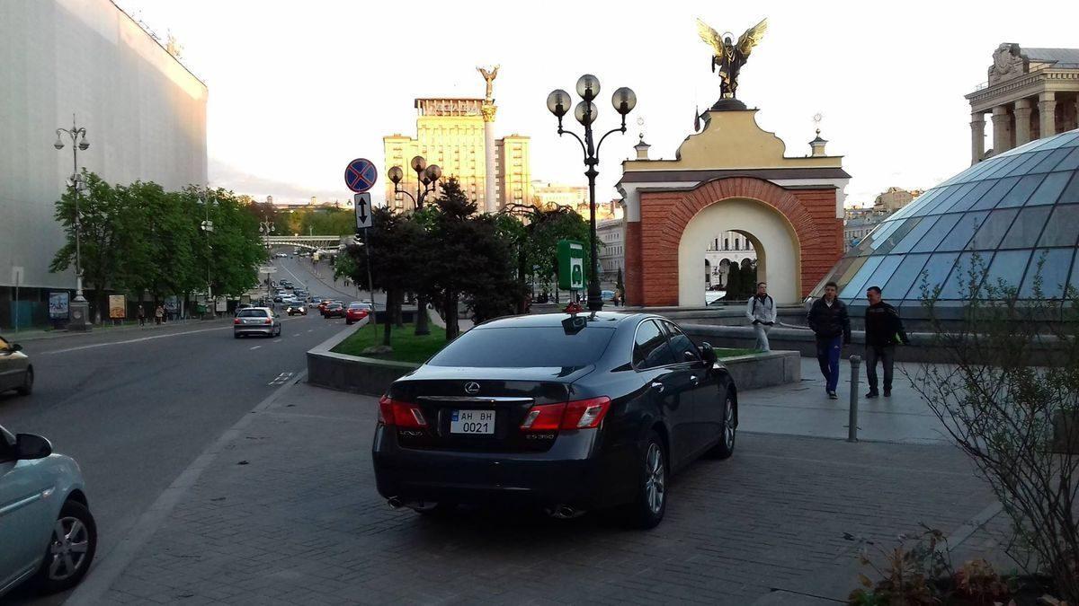 Автомобиль Лексус, черный цвет