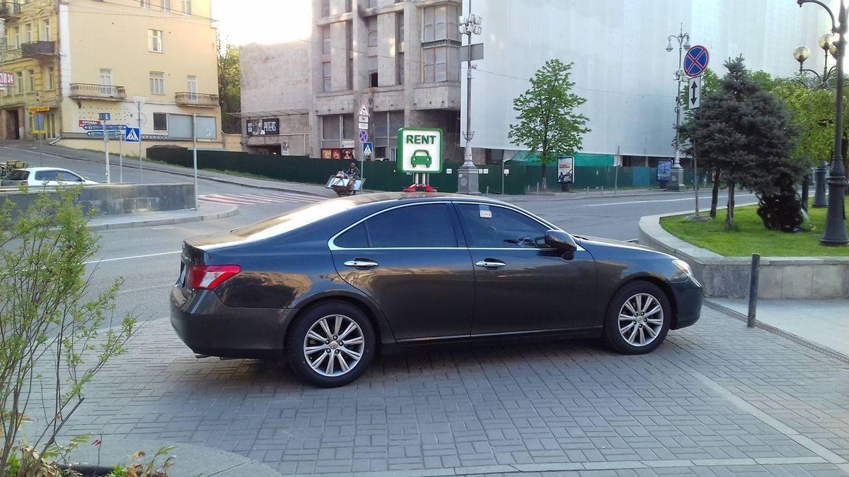 Авто Лексус, черный цвет, вид сбоку