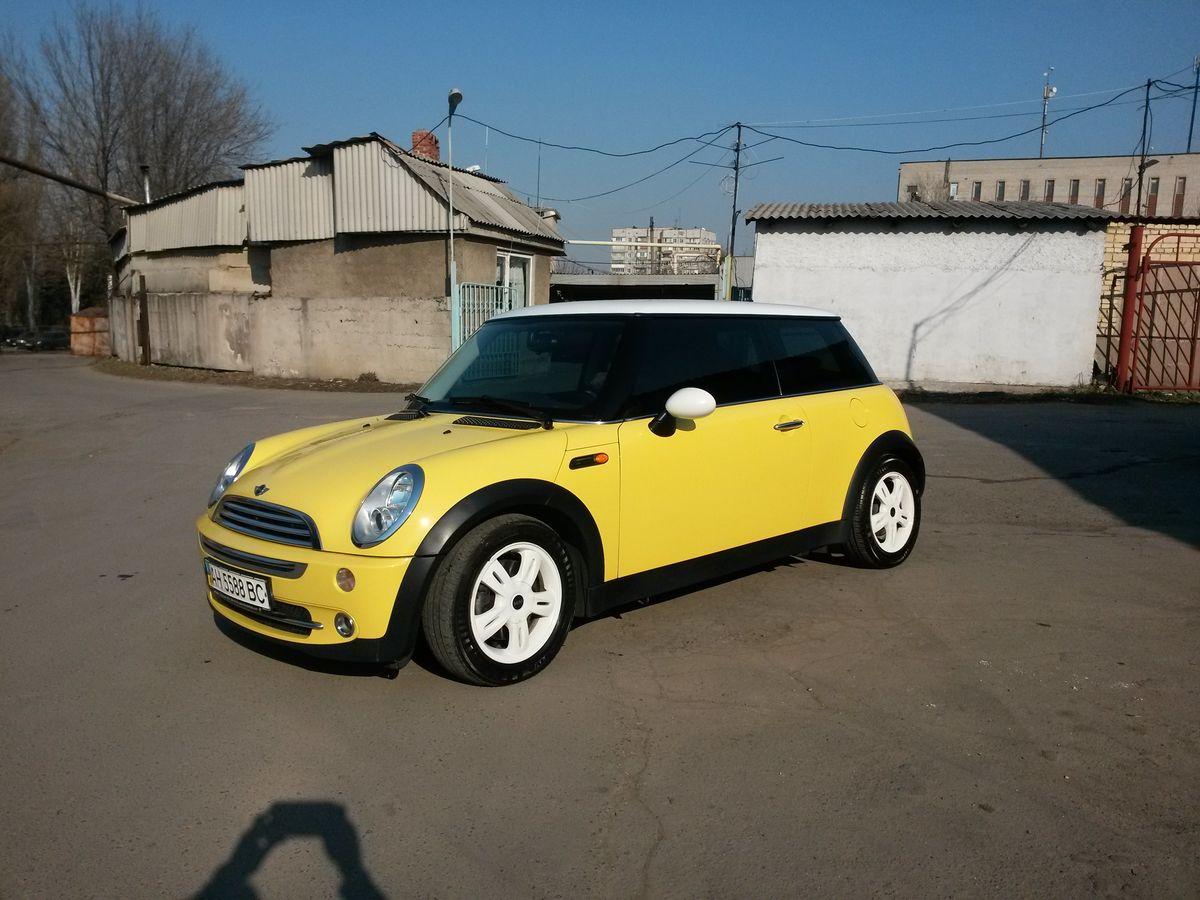 Авто Mini Cooper, вид сбоку