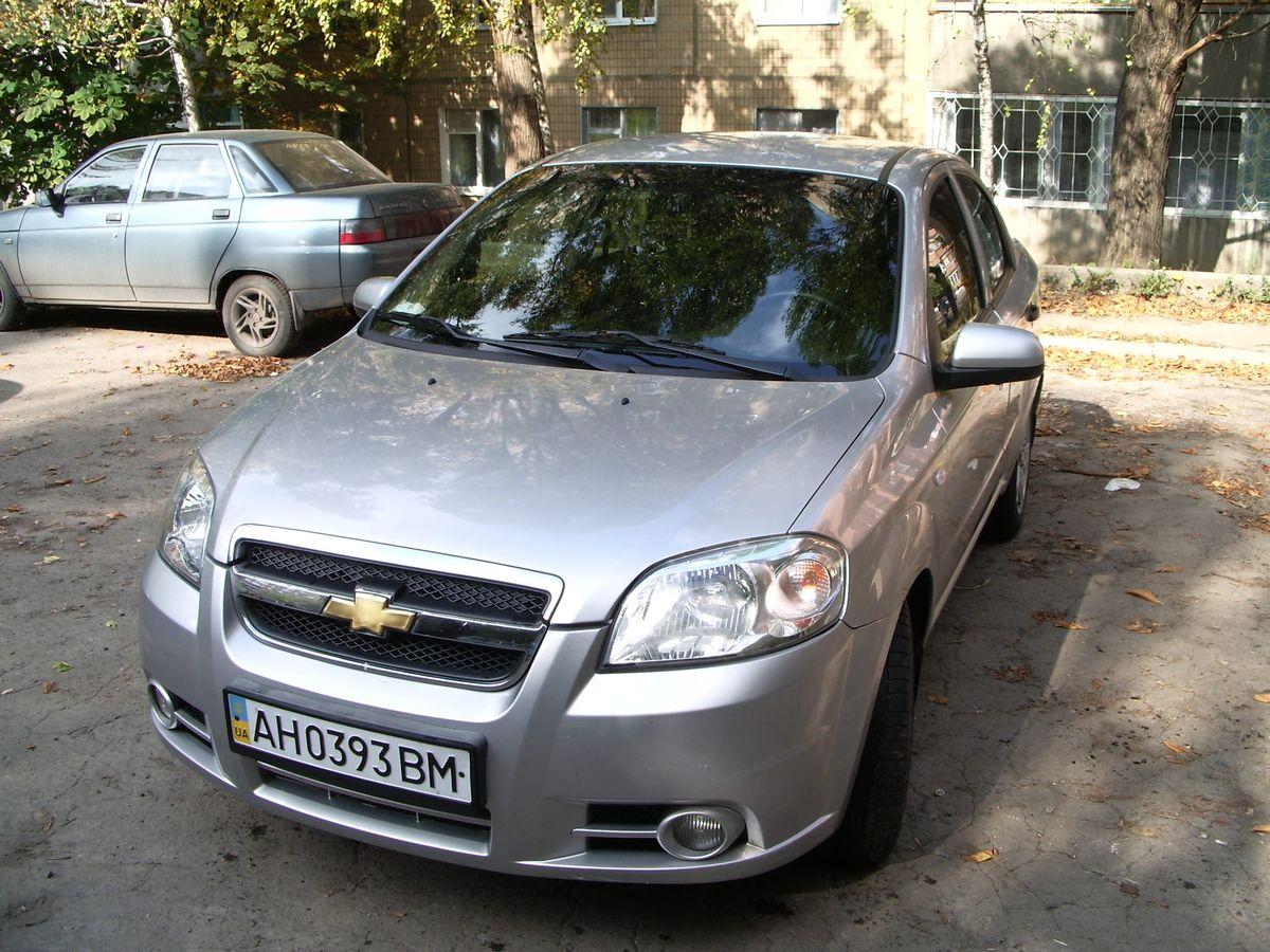 Автомобиль Chevrolet, вид спереди