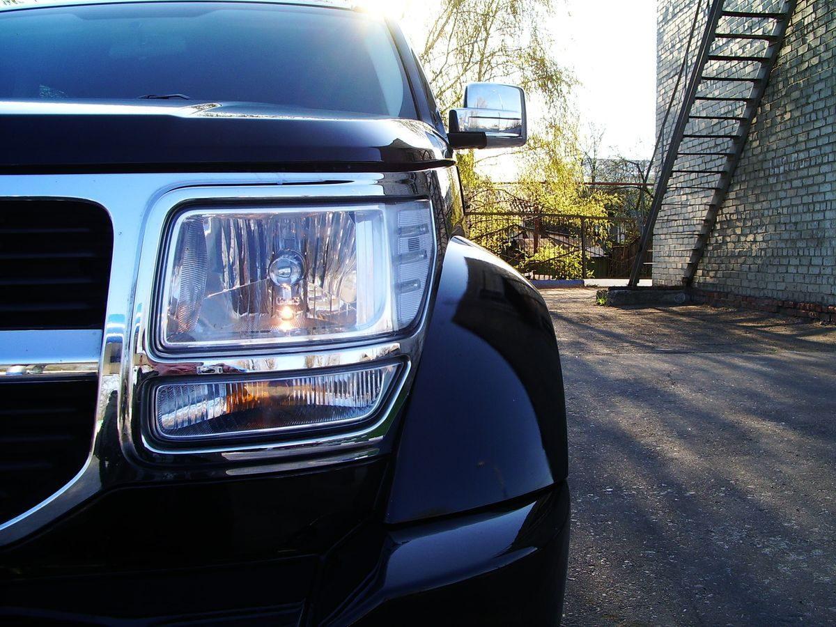 Авто Dodge, вид спереди, фара