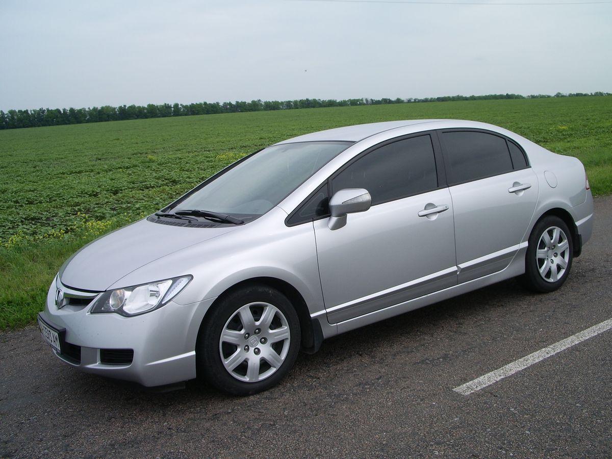 Автомобиль Honda Civic Silver, вид сбоку
