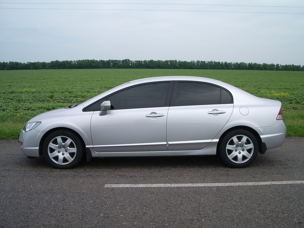 Авто Honda Civic Silver, вид сбоку