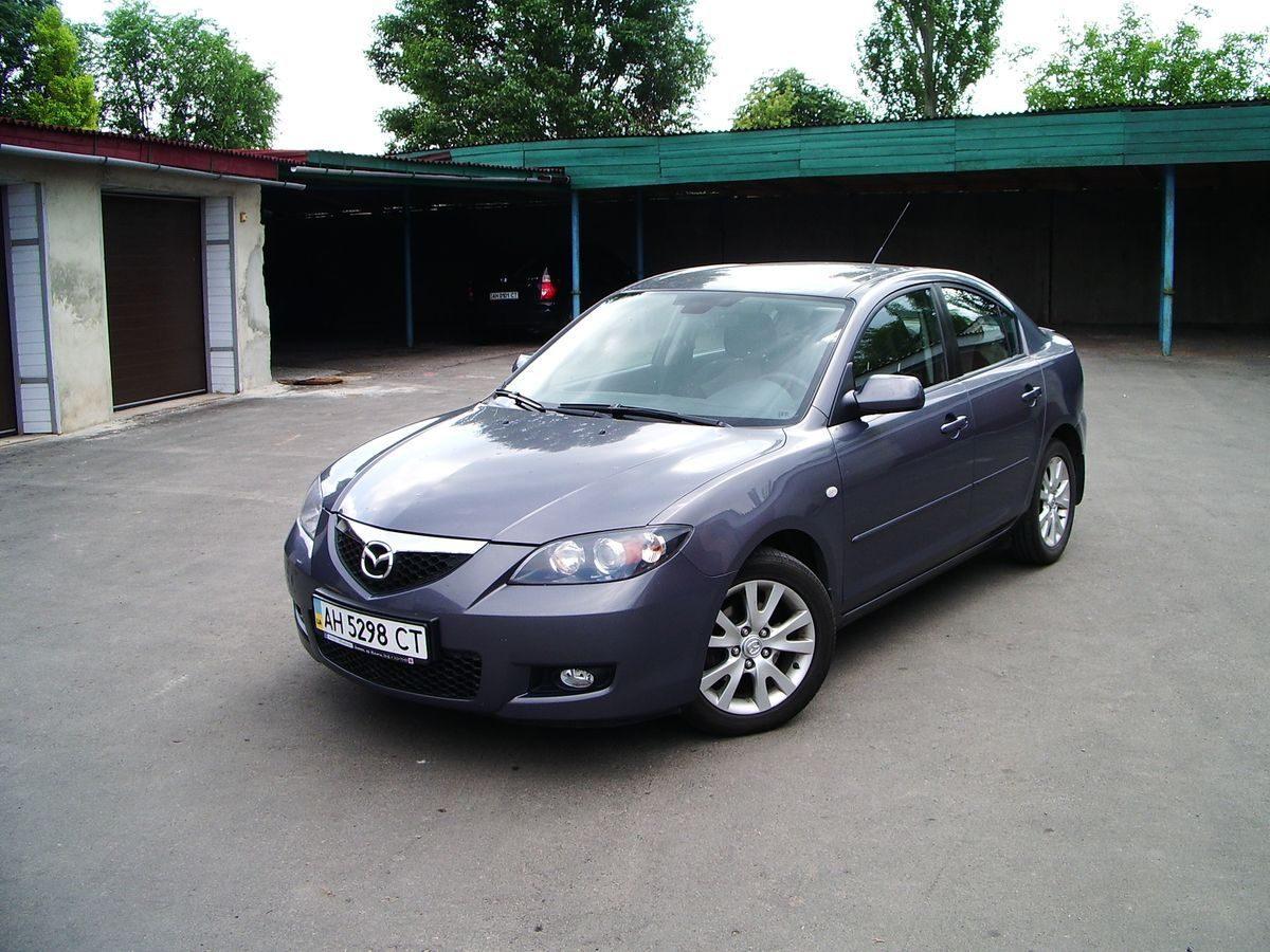 Автомобиль Mazda, темно серый цвет
