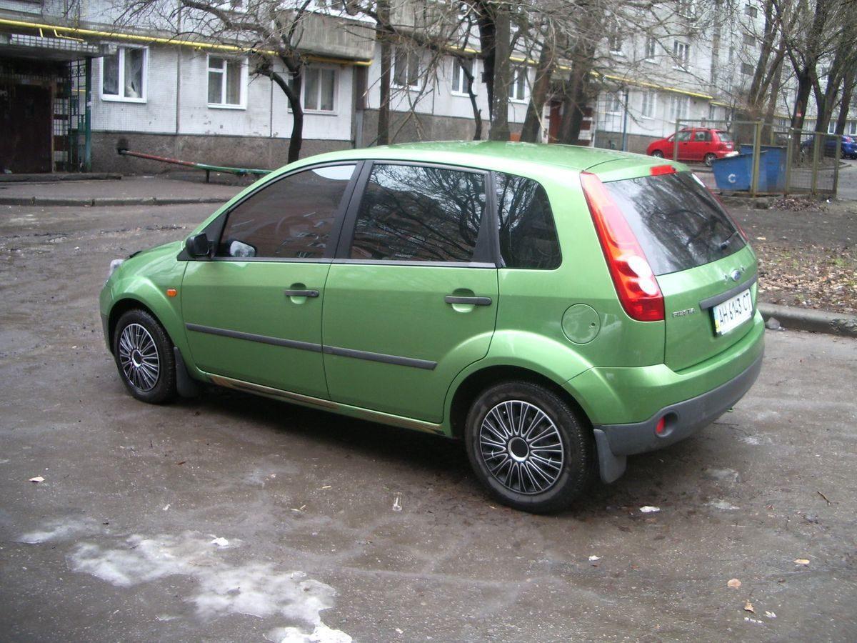 Авто Ford Fiesta Green, вид сбоку