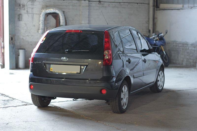 Авто Ford Fiesta, вид сзади