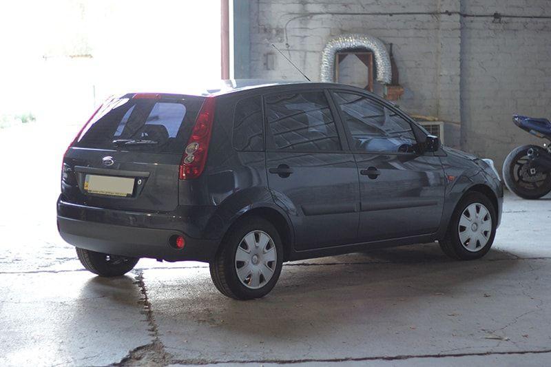 Авто Ford Fiesta, вид сбоку
