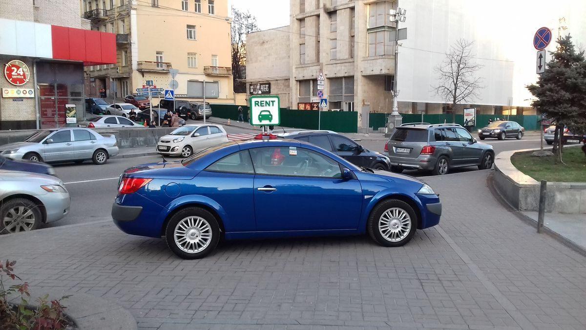 Авто Renault, вид сбоку