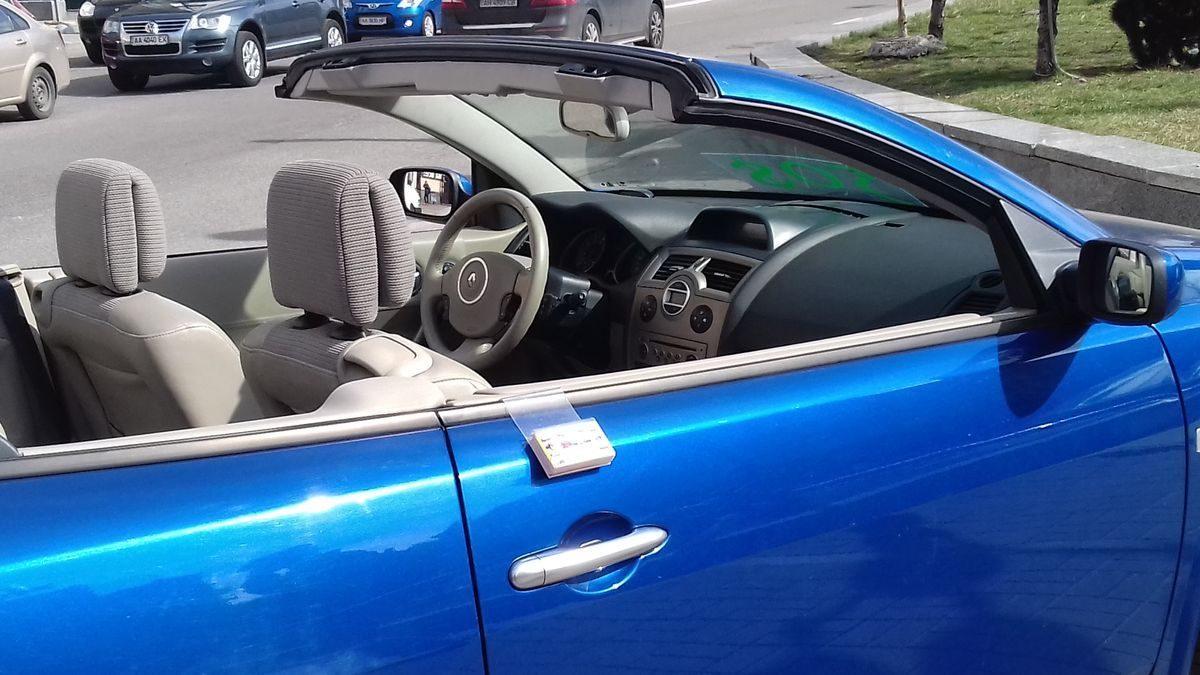 Авто Renault, салон сбоку