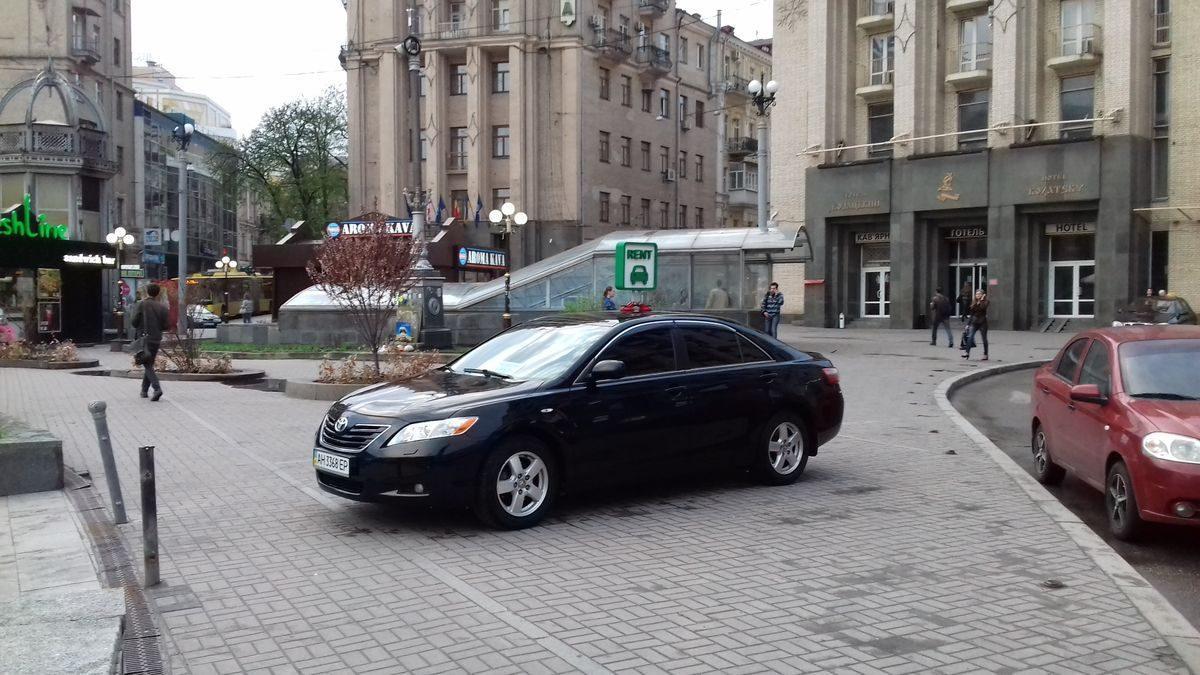 Автомобиль Тойота, вид сбоку