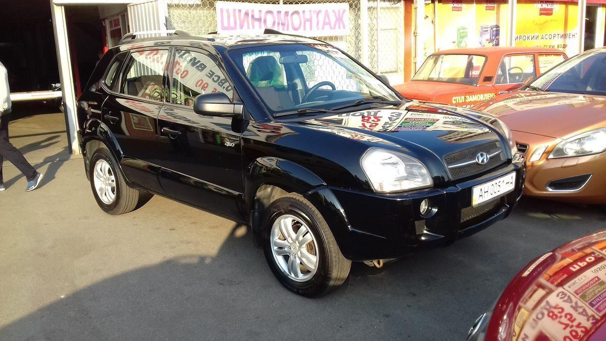 Автомобиль Hyundai черного цвета