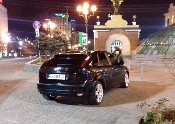 Черный автомобиль, вид сзади