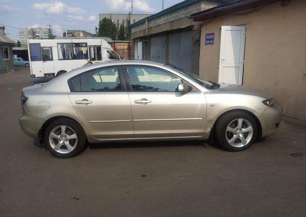 Авто Mazda, вид сбоку