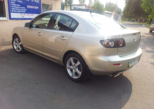 Авто Mazda, вид сзади