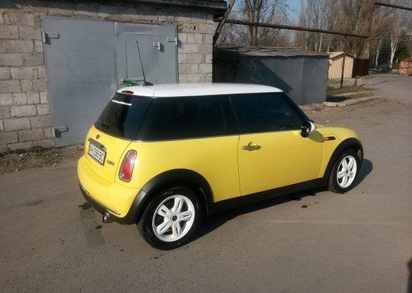 Машина Mini Cooper, вид сбоку