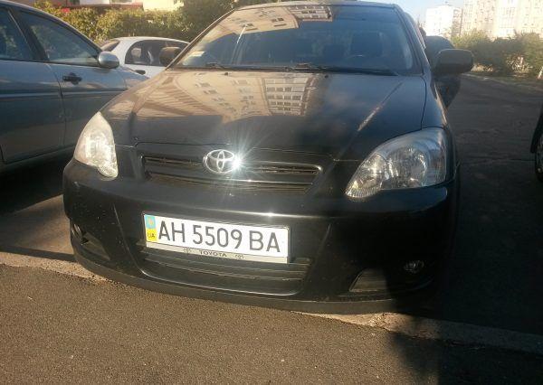 Автомобиль Toyota, вид спереди