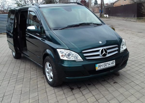 Авто Mercedes, вид спереди