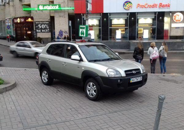Автомобиль Hyundai, вид спереди