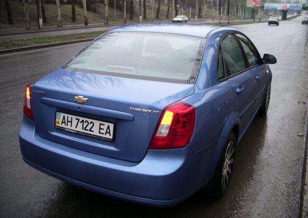 Авто Chevrolet, вид сзади