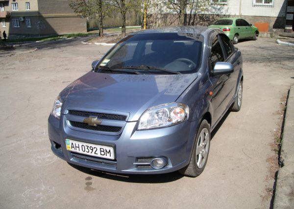 Машина Chevrolet, вид спереди
