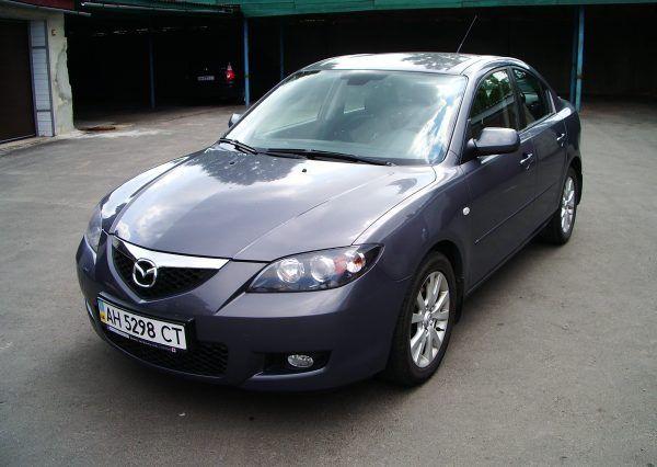 Автомобиль Mazda, вид спереди