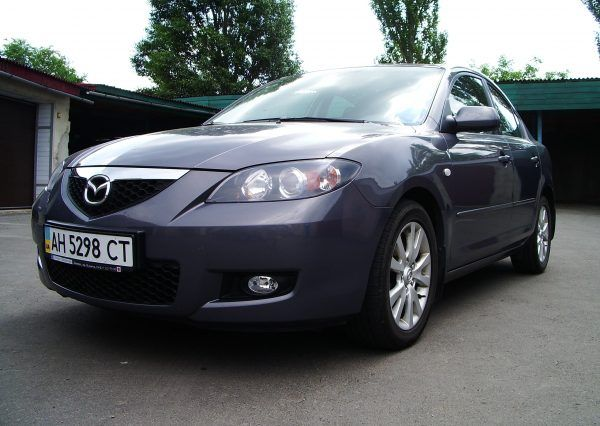 Авто Mazda, вид снизу