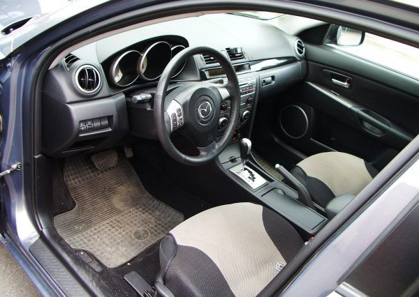 Авто Mazda, внутри салона
