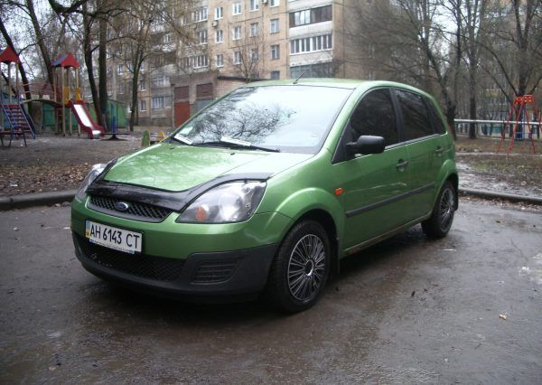 Авто Ford Fiesta Green, вид спереди